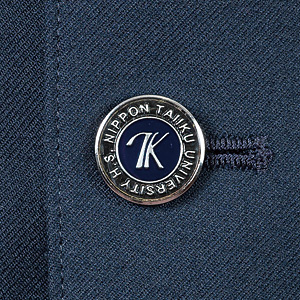 NKデザインが施されたボタン