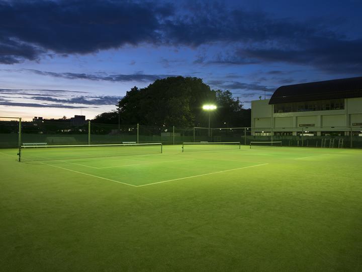 夜のテニスコートです。とても幻想的ですね。